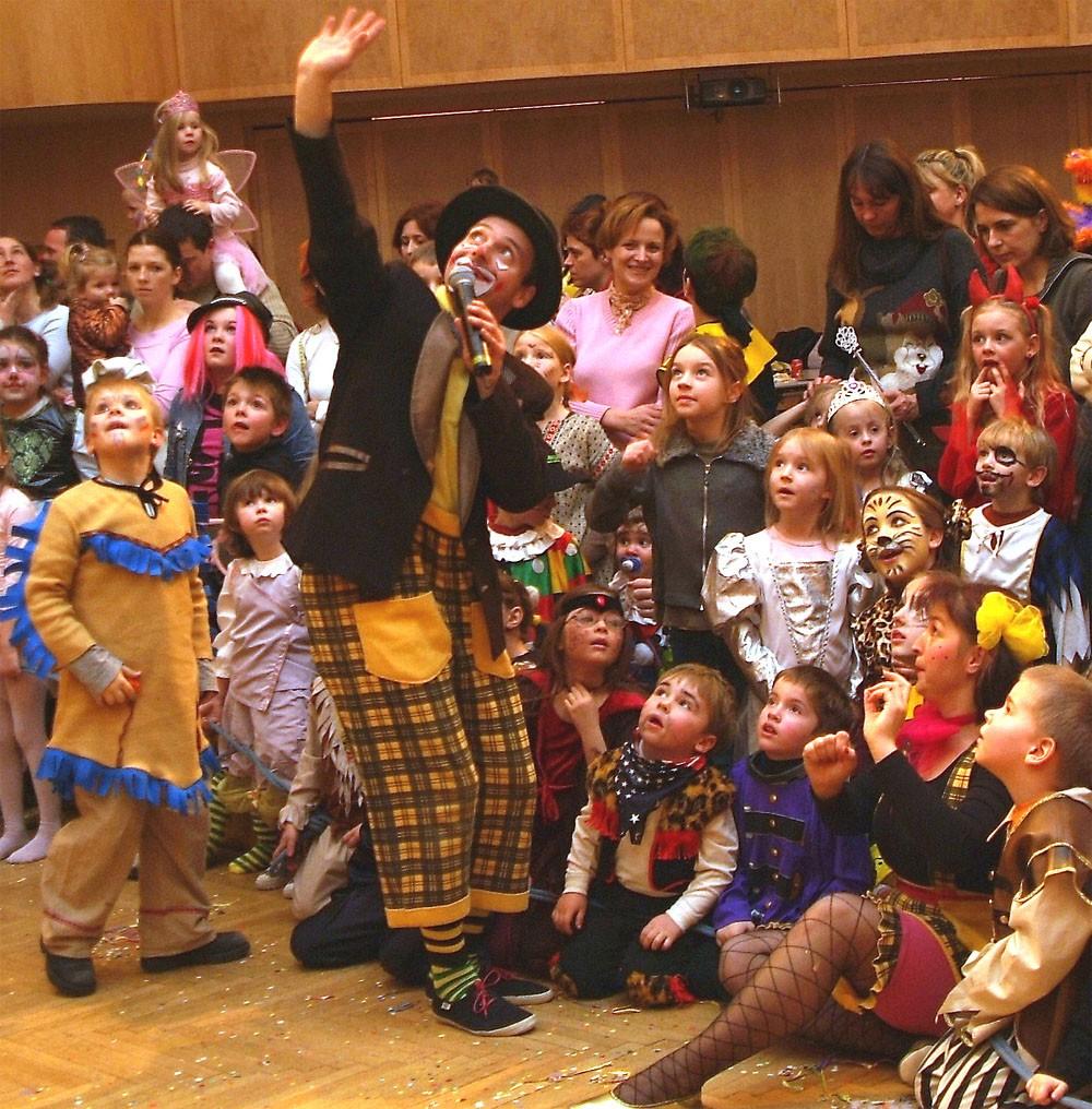 Grazer Kinderfasching_ Clown mit Kindern