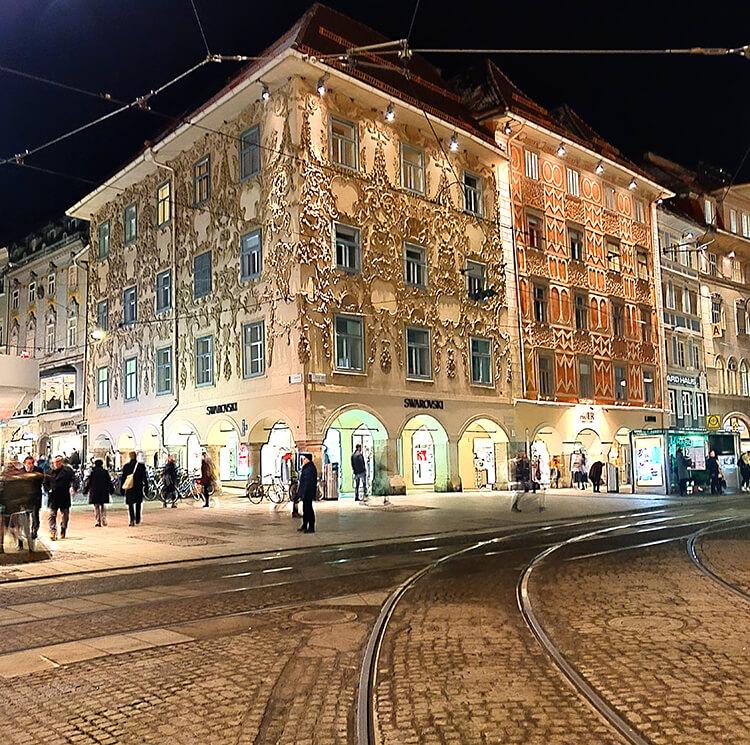 Das Luegg Haus am Grazer Hauptplatz am Abend
