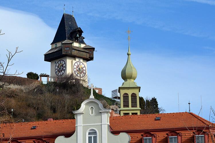 Auch vom Mariahilferplatz ist der Grazer Uhrturm gut zu sehen
