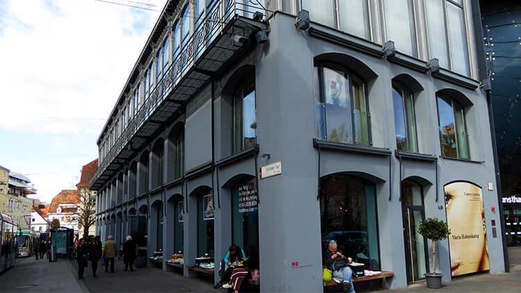 Das Eiserne Haus - Fassade vor dem Hunsthaus