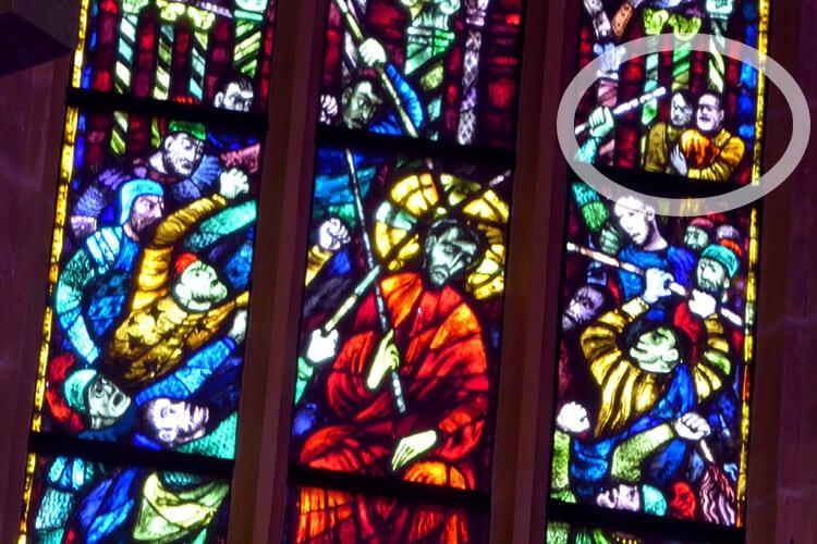 Glasfenster in der Stadtpfarrkirche | Nicht unumstritten: Zwei Diktatoren verspotten Jesus