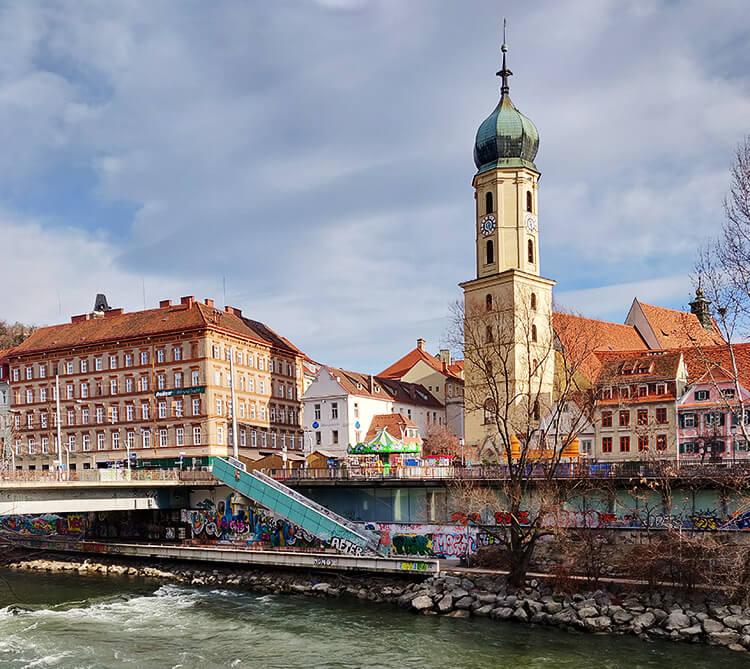 Franziskanerkirche Graz: Von der anderen Mur-Seite aus fotografiert