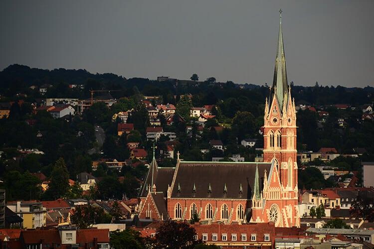 Die Herz-Jesu Kirche vom Schloßberg aus fotografiert
