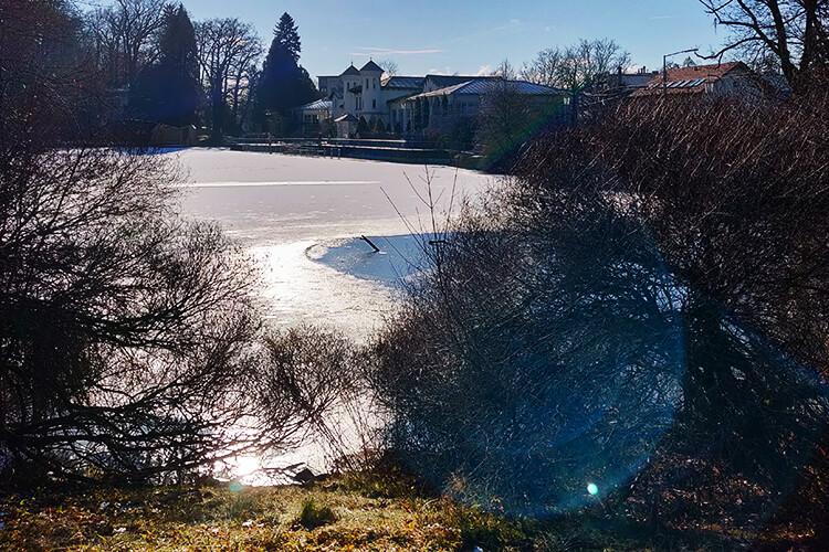 Gegenlichtaufnahme - das Eis schmilzt am Hilmteich