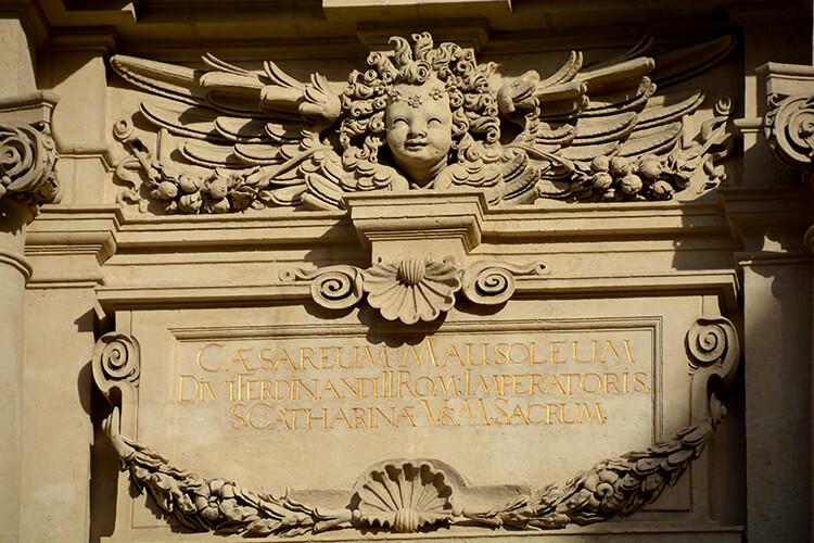 Inschrift auf dem Mausoleum