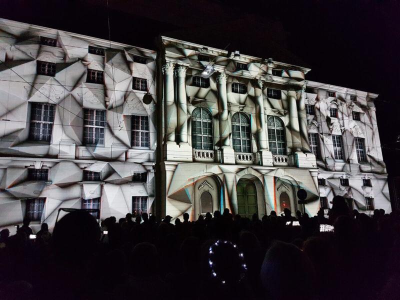 Im Rahmen von Klanglicht wird die Fassade der Oper mit Licht-Projektionen verwandelt