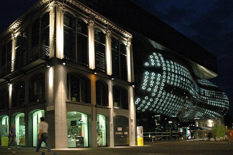 Die BIX Fassade des Grazer Kunsthauses bei Dunkelheit