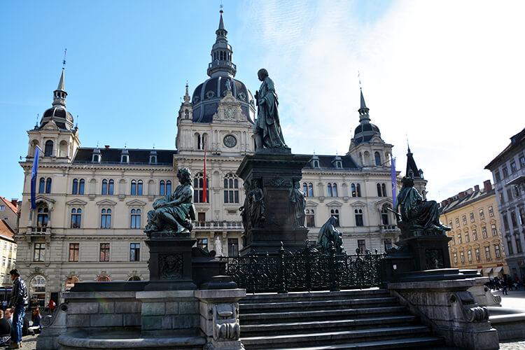 Das Rathaus und der Erzherzog-Johann-Brunnen am Grazer Hauptplatz