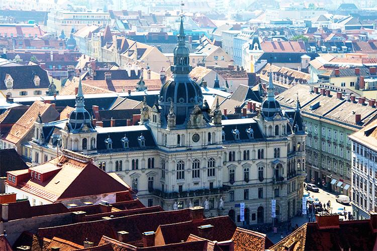 Rathaus und Hauptplatz vom Schloßberg aus fotografiert