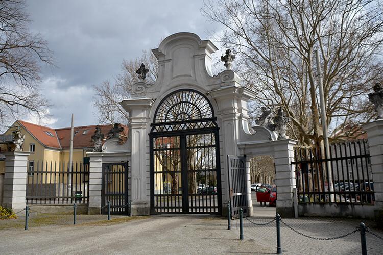 Das eindrucksvolle Haupttor - Zugang zum Park und dem Schloss