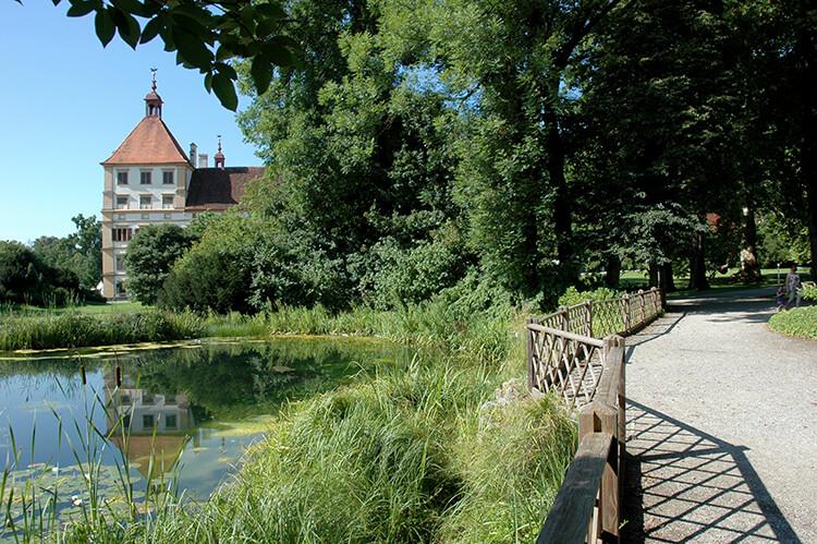 Im Teich spiegelt sich ein Teil des Schlosses Eggenberg