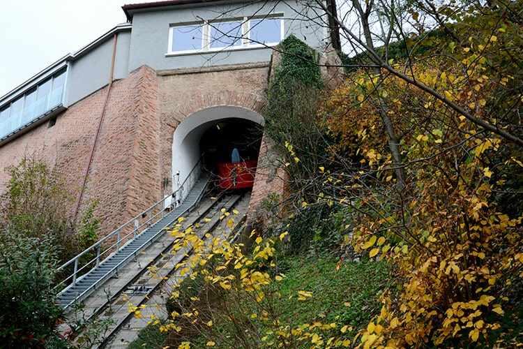 Die Panoramagondel der Schloßbergbahn in der Bergstation