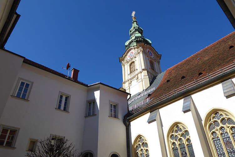 Der Kirchturm der Stadtpfarrkirche vom Innenhof aus fotografiert