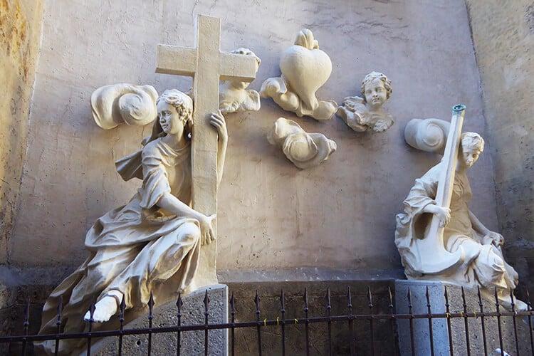 Statuen auf der Außenseite der Kirche