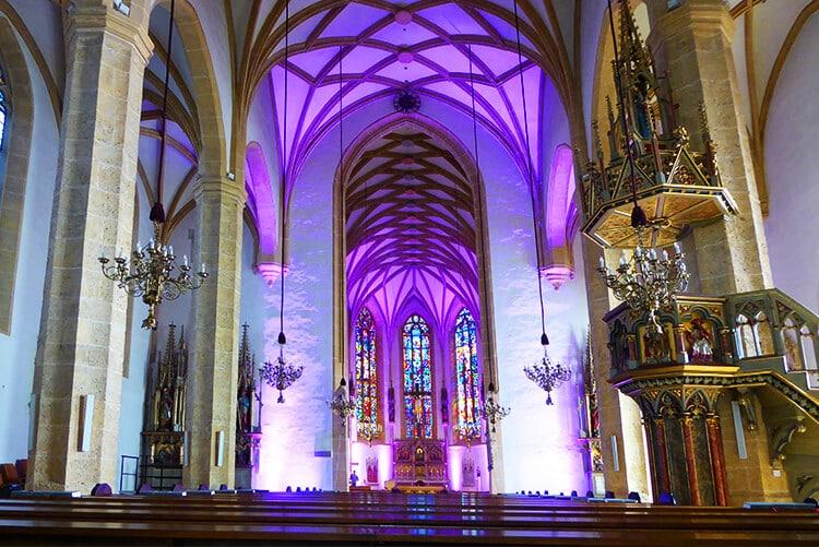 Das Netzrippengewölbe, die Kanzel und der Innenraum der gotischen Hallenkirche