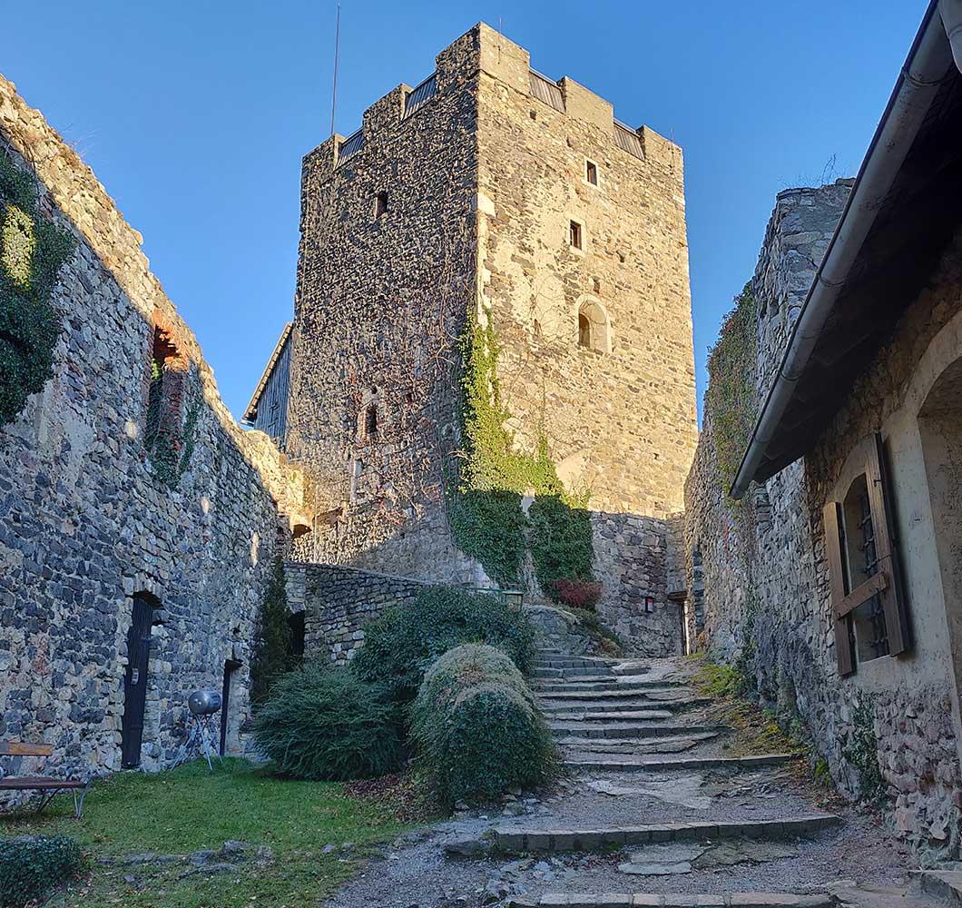Der Bergfried der Burgruine Gösting