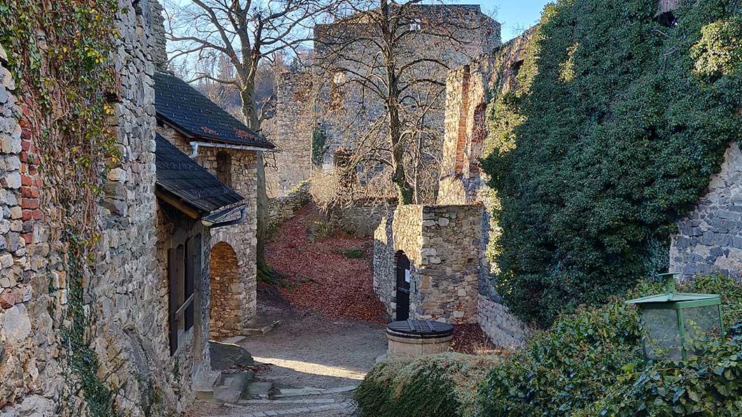 Der Burghof mit Zisterne