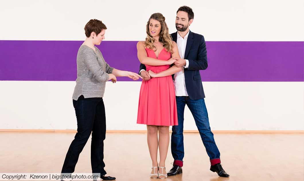 Tanzschule in Graz - Tanzlehrer zeigt Übungen
