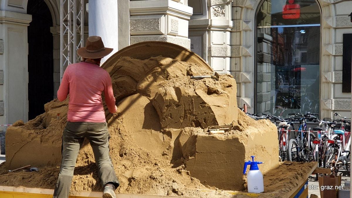sandskulpturen-hauptplatz-graz-entstehen_6