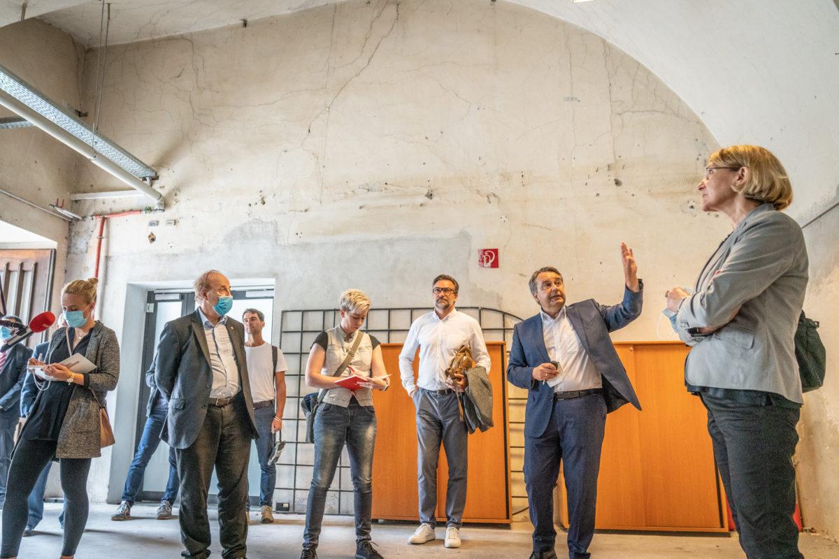 Christine Klug (Leiterin der Abteilung 2 - Zentrale Dienste) führte gemeinsam mit Markus Zechner (Büro Zechner Denkmal Consulting GmbH) und Landesbaudirektor Andreas Tropper durch die Grazer Burg.